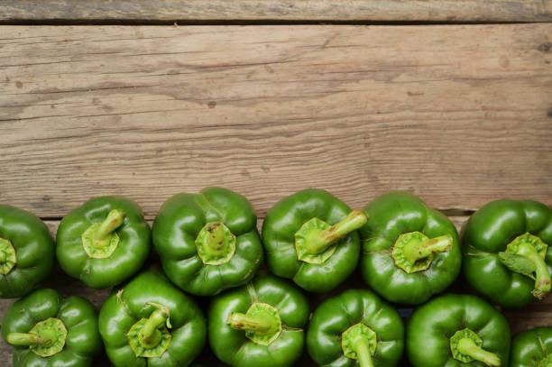 nahaufnahme von grüne paprika - grüne paprikaschoten stock-fotos und bilder