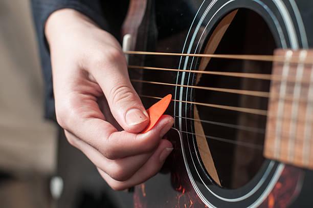 Nahaufnahme der Gitarrist hand spielen Akustische Gitarre – Foto