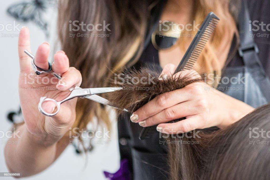 理髮師手剪頭髮的特寫 - 免版稅20多歲圖庫照片