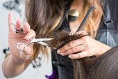 髪を切る美容師の手のクローズ アップ