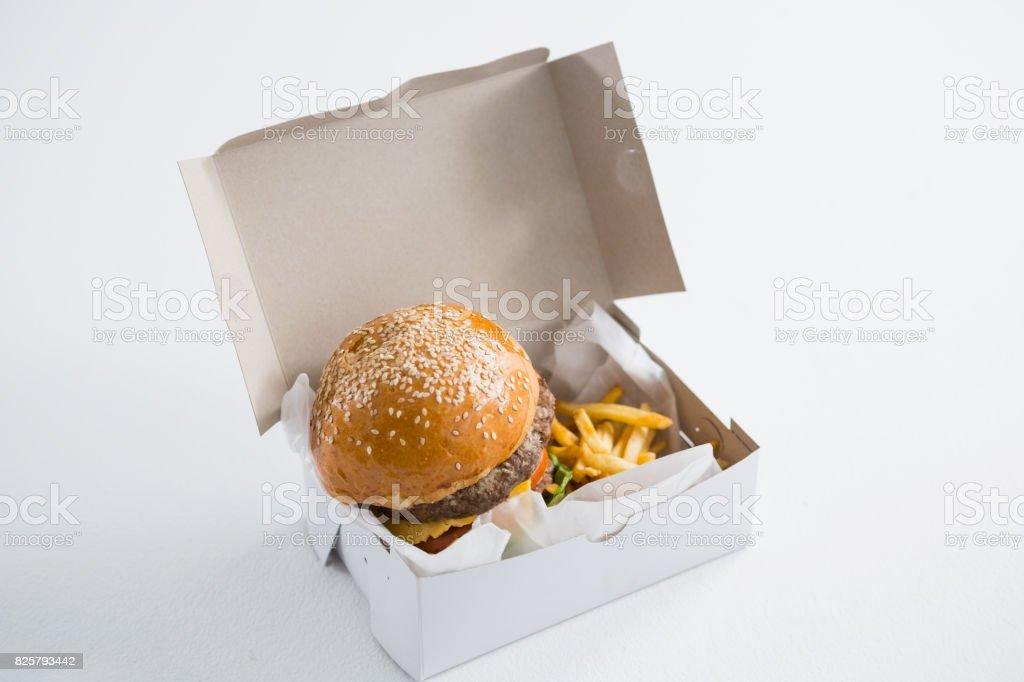 Gros plan du hamburger et des frites de Français en boîte - Photo