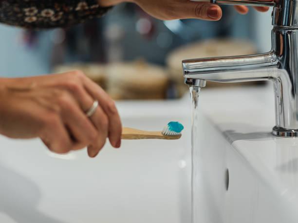 Cierre de mano y cepillo de dientes de madera sostenible - foto de stock