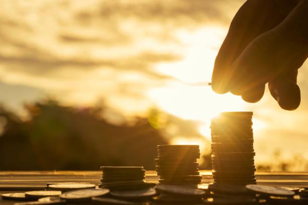 Nahaufnahme von Hand auf Sonnenuntergang Hintergrund, Geld-Konzept. – Foto