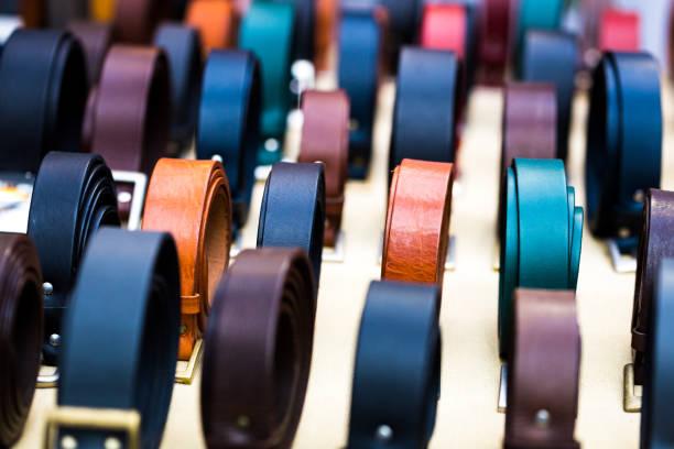 手作り複数の市場では、ロンドン、英国で販売のための行で革ベルトの色のクローズ アップ ストックフォト