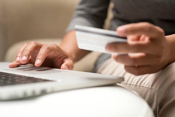 Nahaufnahme der Hände, die online kaufen – Foto