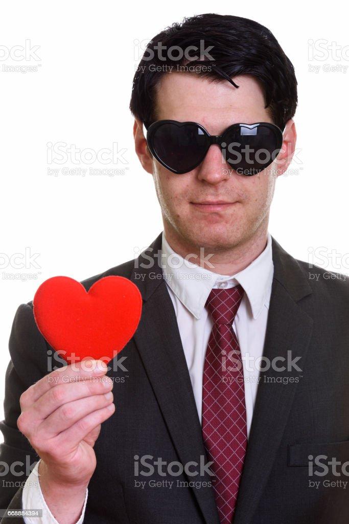 8747838c08f0eb Nahaufnahme eines schönen Geschäftsmann tragen herzförmige Sonnenbrille  rotes Herz mit gedrückter Lizenzfreies stock-foto