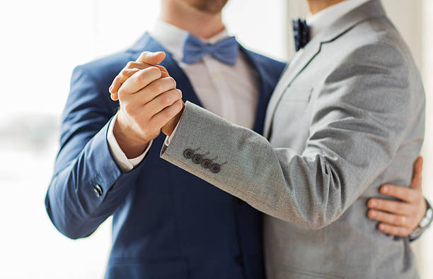 nahaufnahme von glücklichen männlichen gay paar-tanz - hochzeitsanzug herren stock-fotos und bilder