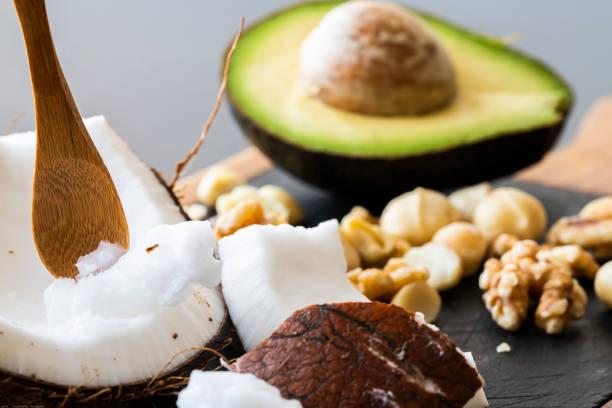 sağlıklı ketojenik gıda yakın - hindistan cevizi tropik meyve stok fotoğraflar ve resimler