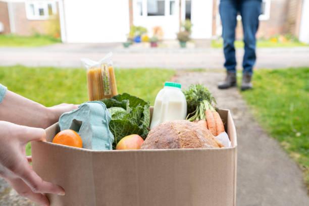 Nahaufnahme der Hauslieferung von frischen Produkten außerhalb des Hauses Beobachten sichere soziale Distancing während Coronavirus Covid-19 Pandemie – Foto