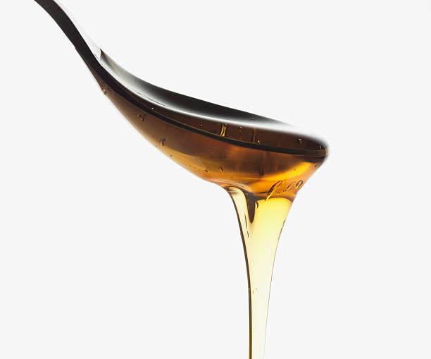 close-up da colher de mel ininterrupto - xarope imagens e fotografias de stock