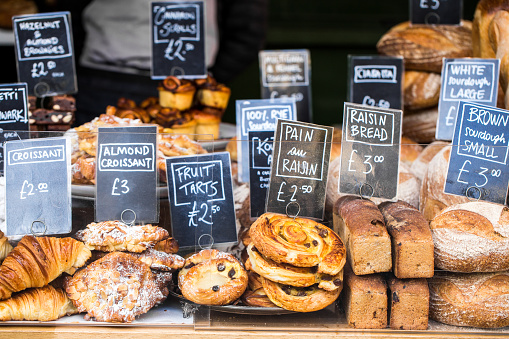 Close Up Of Huge Selection Of Pastries And Bread On Bakery Stall At Food Market - Fotografie stock e altre immagini di Affari