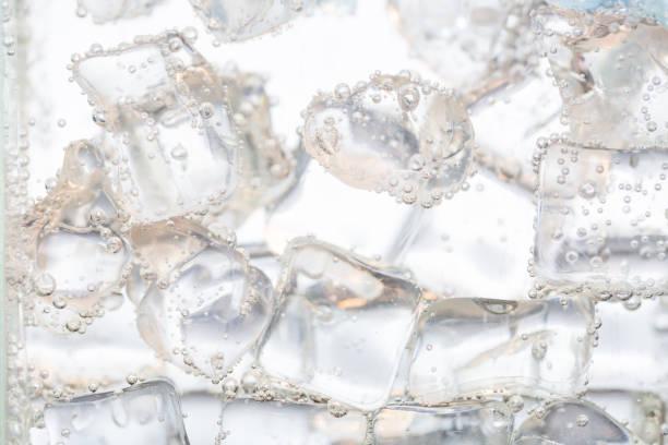 アイスキューブのクローズアップの水 - 炭酸飲料 ストックフォトと画像
