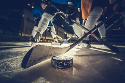 Close Up Of Ice Hockey Puck And Stick During A Match - Fotografie stock e altre immagini di Abbigliamento sportivo