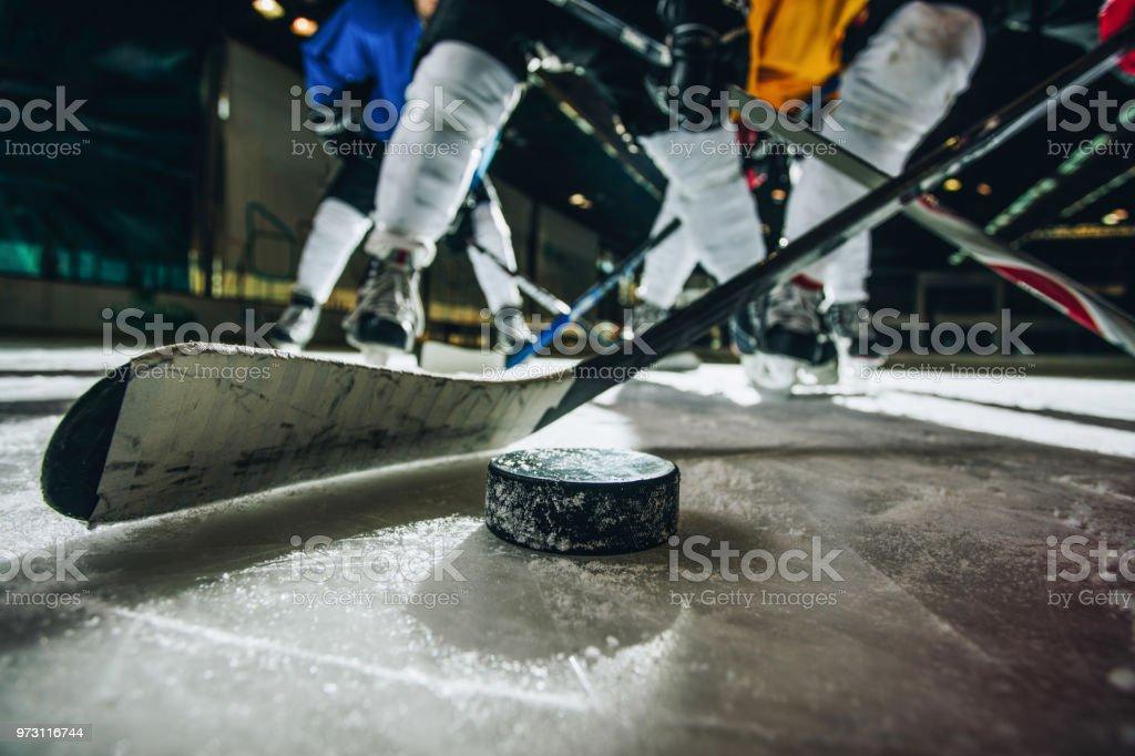 Nahaufnahme eines Eishockey-Puck und halten während eines Spiels. – Foto
