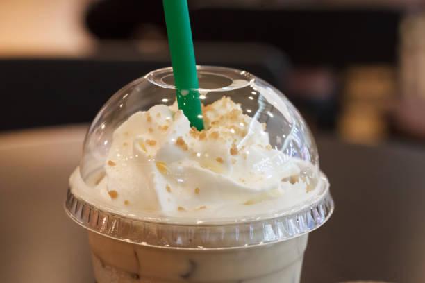 nahaufnahme von eisschokolade mit sahne obendrauf. - kaffee protein shakes stock-fotos und bilder