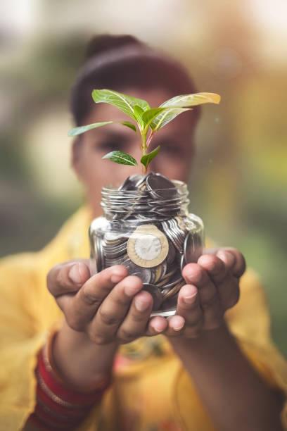 Nahaufnahme von indischen weiblichen Händen halten Geldmünzen in Glas – Foto