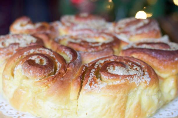 nahaufnahme eines italienischen kuchen von rosen mit butter und zucker - rosentorte stock-fotos und bilder