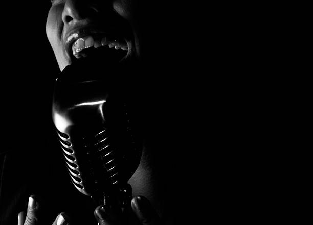gros plan d'une chanteuse de jazz chante dans un microphone - chanteuse photos et images de collection
