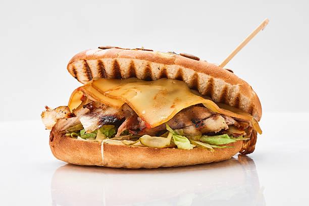Nahaufnahme von kebab-sandwich auf weißem Hintergrund – Foto
