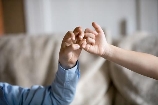 Foto de Closeup De Mãos De Crianças Fazendo Promessa De Dedinho e mais  fotos de stock de Acordo - iStock