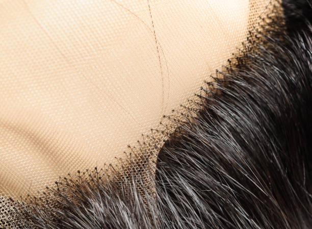 nahaufnahme von knoten eines menschlichen haares auf die spitze gestrickt - halbperücke stock-fotos und bilder