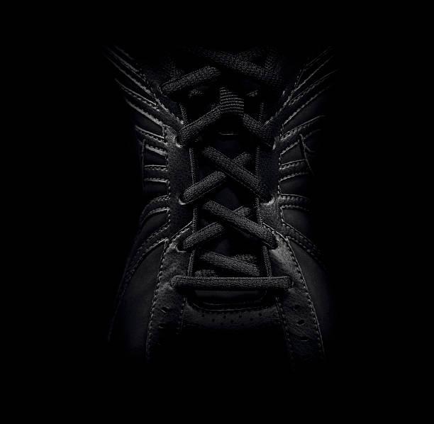 nahaufnahme von geschnürte sneaker - schnürsenkel stock-fotos und bilder