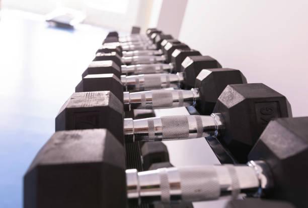 Nahaufnahme der großen Gruppe von Hanteln im Fitnessstudio – Foto