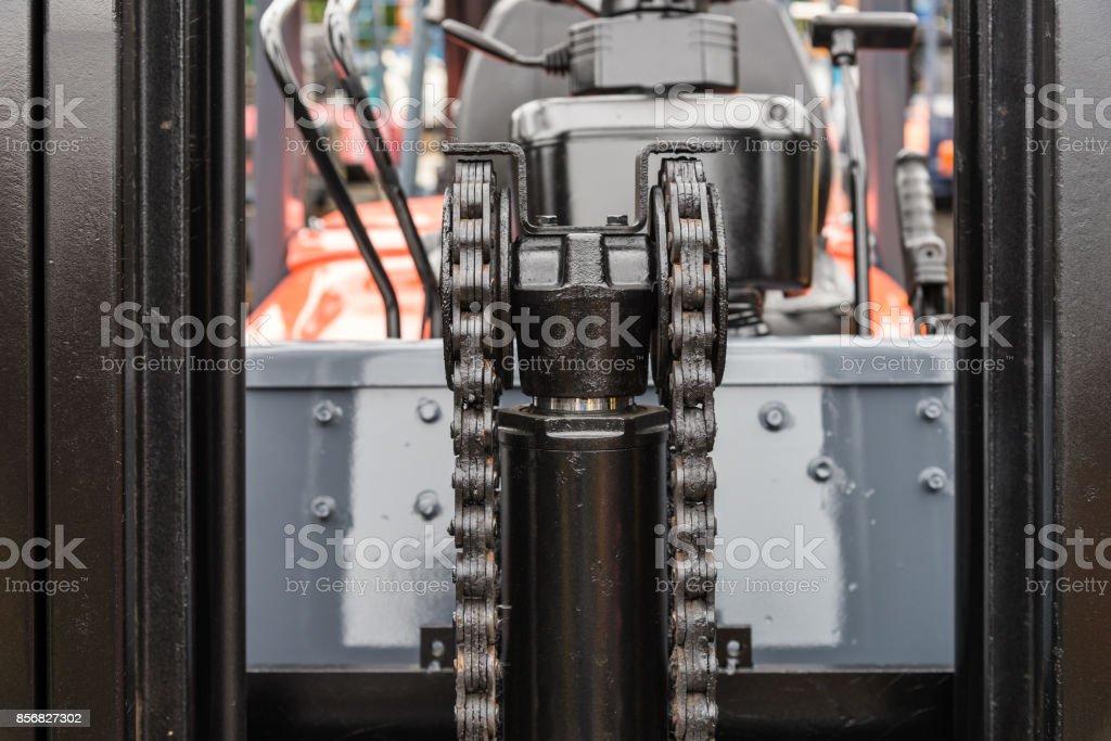 Nahaufnahme der Maschine Motor Kette mit Zahnrad Rad Teil des Gabelstaplers – Foto