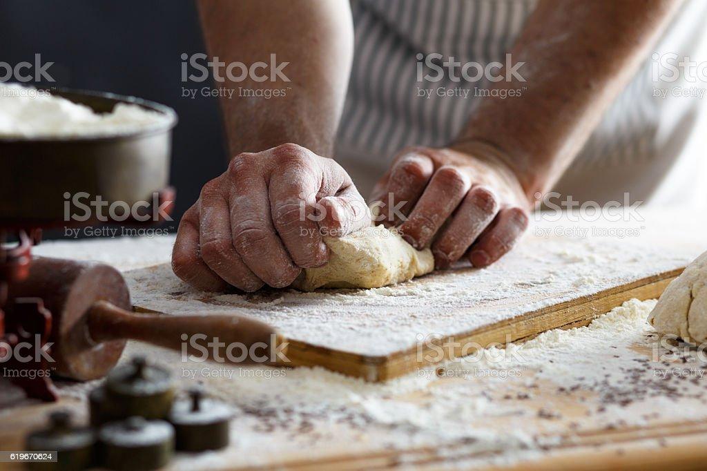 Grande plano de homens padeiro mãos amassar massa de - fotografia de stock