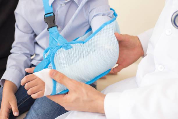 Nahaufnahme des männlichen Arzt Überprüfung Hand der kleinen Patienten. Menschen mit Gesundheits-Konzept – Foto