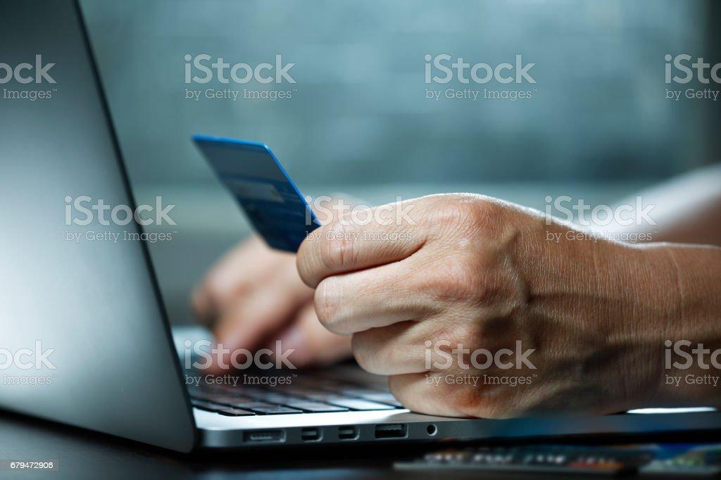 近距離拍攝男性手製作線上支付 免版稅 stock photo