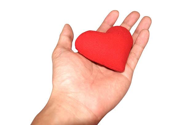 nahaufnahme der männlichen hand mit kleinen roten herz - blutspendedienst stock-fotos und bilder