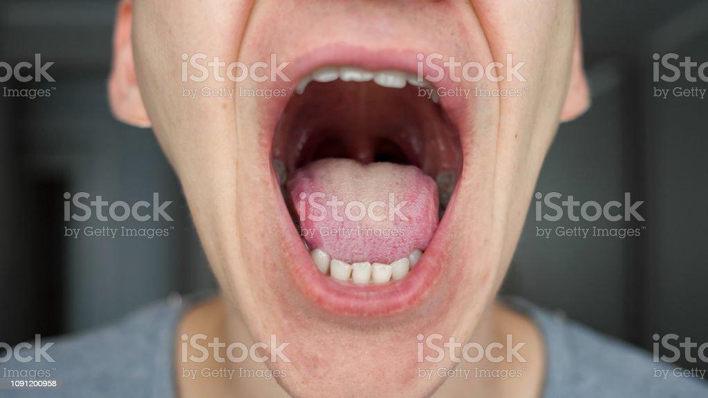 Nahaufnahme eines männlichen Mund und Zähne – Foto