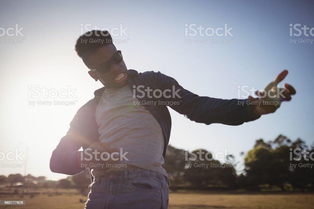 사람 필드에 서 있는 동안 몸짓의 클로즈업 royalty-free 스톡 사진