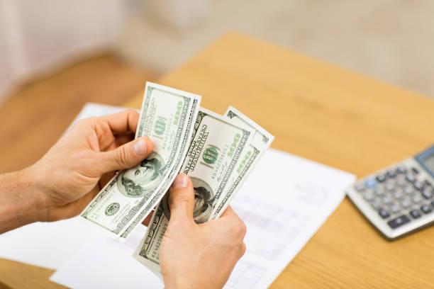 Nahaufnahme des Mannes Hände zählen Geld zu Hause – Foto