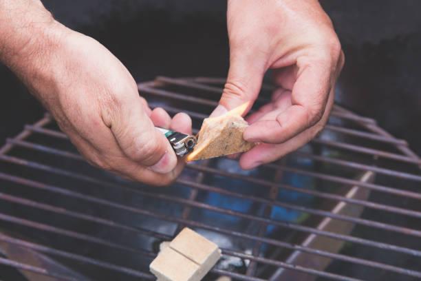 Nahaufnahme des Mannes Brand für Barbecue-Grill. – Foto