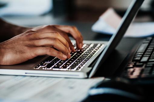 Nahaufnahme Des Menschen Tippen Auf Laptop Stockfoto und mehr Bilder von Afrikanischer Abstammung