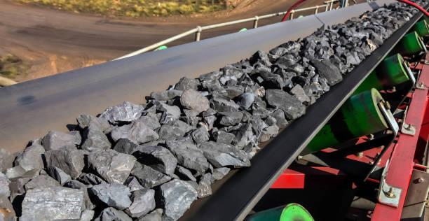 close up van mangaan rock op een transportband - lopende band stockfoto's en -beelden