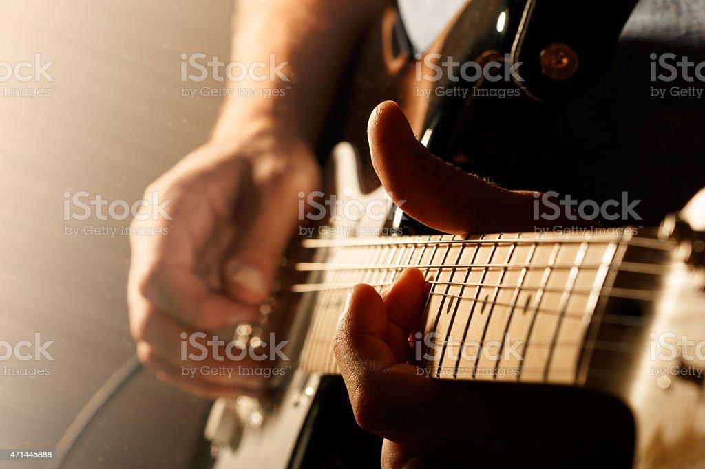 Mann spielt E-Gitarre - Lizenzfrei 2015 Stock-Foto