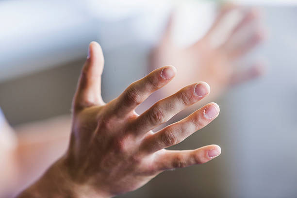 nahaufnahme von mann's hands - gestikulieren stock-fotos und bilder