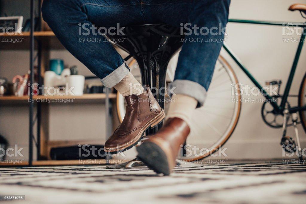 Nahaufnahme eines Mannes Beine unter dem Tisch – Foto