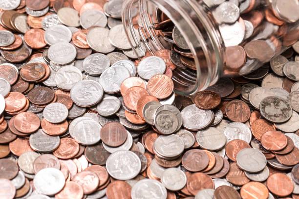 關閉許多不同類型的硬幣與罐子 - 硬幣 個照片及圖片檔