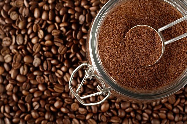 gemahlener kaffee und bohnen - kaffeepulver stock-fotos und bilder