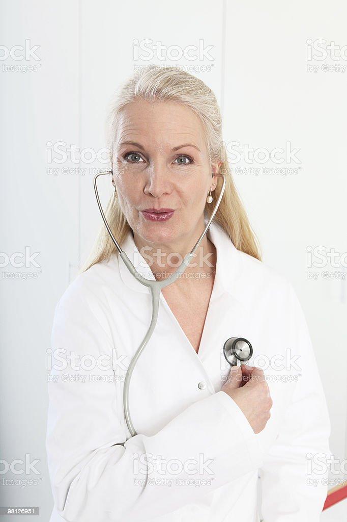 Primo piano di una donna matura bionda medico foto stock royalty-free