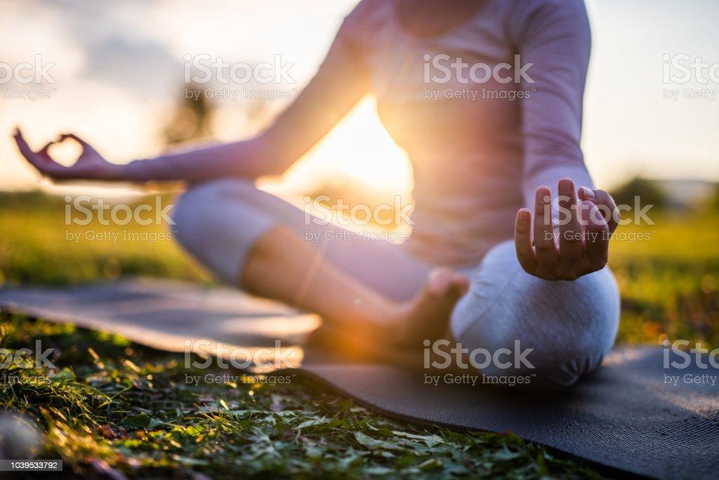 Close up van meditatie in park bij zonsopgang. - Royalty-free Balans Stockfoto