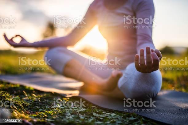 Close Up Van Meditatie In Park Bij Zonsopgang Stockfoto en meer beelden van Balans