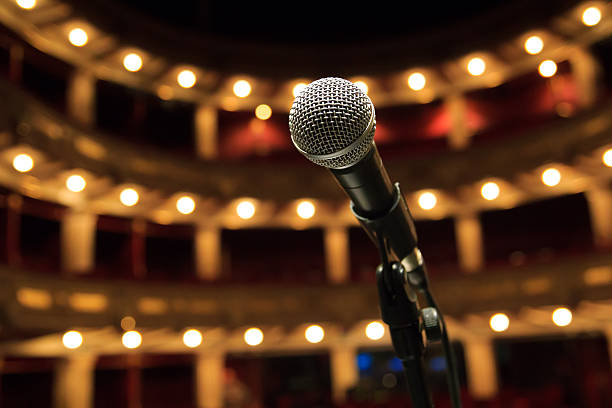 nahaufnahme des mikrofons im konzert-halle, theater - stage musical stock-fotos und bilder