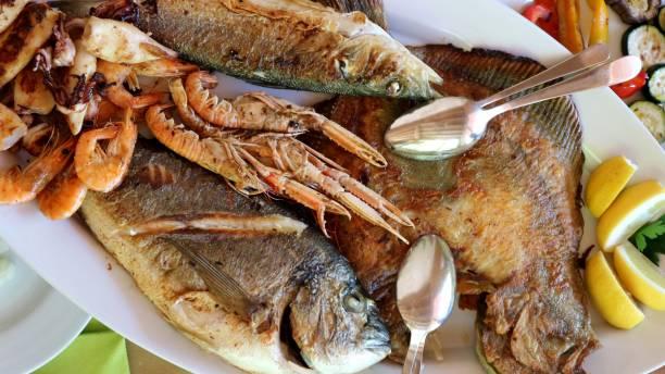 cerca de pescado a la plancha con rodaballo, lubina, dorada, gambas y calamares - rodaballo fotografías e imágenes de stock