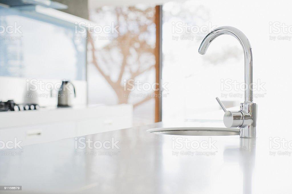 Nahaufnahme Der Modernen Kuche Wasserhahn Und Waschbecken Stock