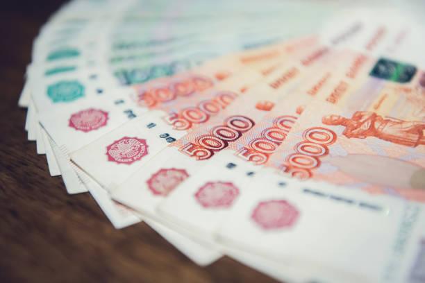 돈을, 나무 테이블에 러시아 잔해 통화 지폐 닫습니다 - 러시아 루블 뉴스 사진 이미지